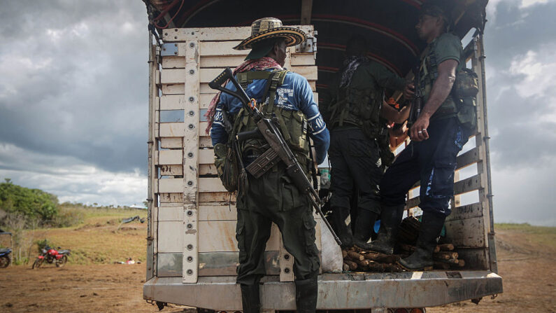 Rebeldes de las Fuerzas Armadas Revolucionarias de Colombia (FARC) salen de su campamento después de la 10ª Conferencia Guerrillera en los remotos llanos del Yarí, donde el acuerdo de paz fue ratificado por las FARC el 24 de septiembre de 2016 en El Diamante, Colombia. (Mario Tama/Getty Images)