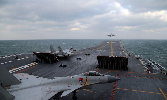 Aviones de combate chinos J-15 lanzados desde la cubierta del portaaviones Liaoning durante simulacros militares en el Mar Amarillo, frente a la costa este de China, el 23 de diciembre de 2016. (STR/AFP/Getty Images)