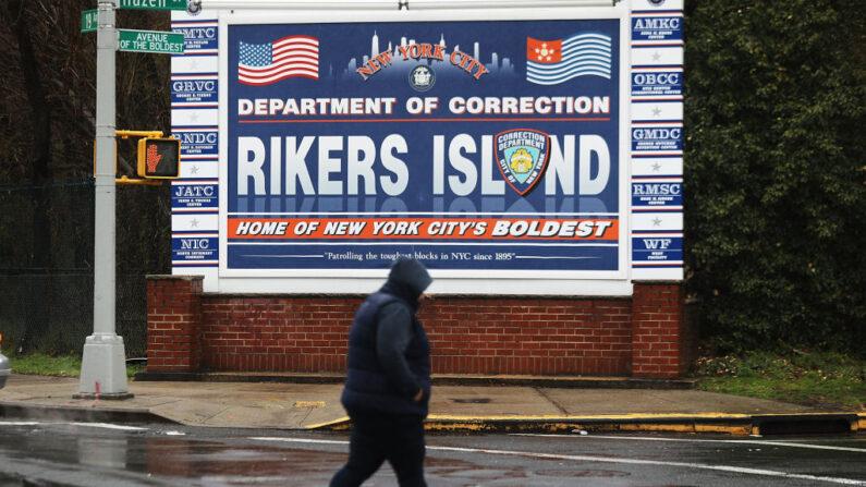 Una persona camina por un cartel a la entrada de Rikers Island el 31 de marzo de 2017 en la Ciudad de Nueva York. (Spencer Platt / Getty Images)