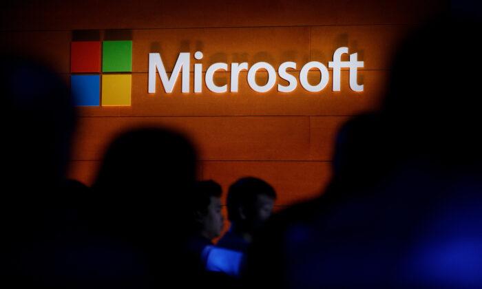 Un logotipo de Microsoft se ilumina en una pared durante un evento de lanzamiento de Microsoft en la ciudad de Nueva York el 2 de mayo de 2017. (Drew Angerer/Getty Images)