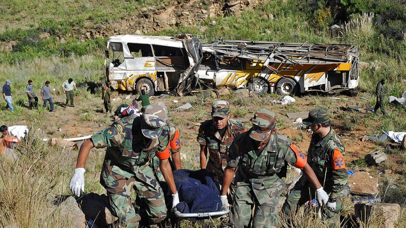 Foto de archivo de soldados que cargan el cuerpo de una víctima en un accidente de tránsito en el centro de Bolivia, el 19 de abril de 2007. (STR / AFP a través de Getty Images)