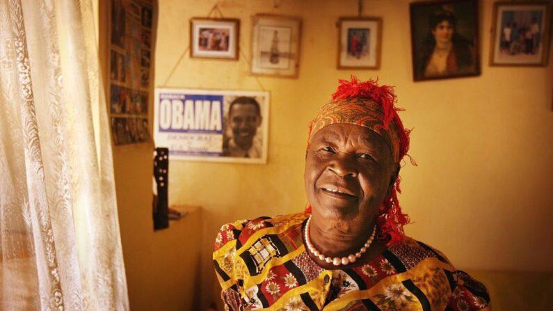 La abuelastra keniana del expresidente estadounidense Barack Obama, Sarah Obama, se encuentra en su casa el 12 de enero de 2008 en Kogelo, Kenia occidental. (Peter Macdiarmid / Getty Images)