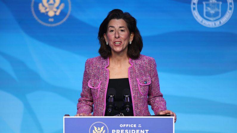La gobernadora de Rhode Island, Gina Raimondo, pronuncia un discurso después de que el presidente electo de Estados Unidos, Joe Biden, la anunciara como su candidata a la Secretaría de Comercio en el teatro The Queen de Wilmington, Delaware, el 8 de enero de 2021. (Chip Somodevilla/Getty Images)
