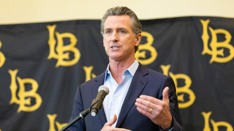El gobernador de California, Gavin Newsom, en la Universidad Estatal de California en Long Beach, en Long Beach, California, el 3 de marzo de 2021. (John Fredricks/The Epoch Times)