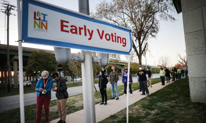 Varios votantes esperan en fila para emitir su voto durante el último día de votación anticipada de las elecciones presidenciales de 2020 en Cedar Rapids, Iowa, el 2 de noviembre de 2020. (Mario Tama/Getty Images)