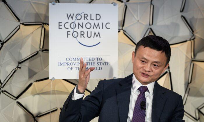 Jack Ma, presidente de Alibaba Group, durante una sesión de un panel en la reunión anual del Foro Económico Mundial (FEM) en Davos, al este de Suiza, el 23 de enero de 2019. (Fabrice Coffrini/AFP vía Getty Images)