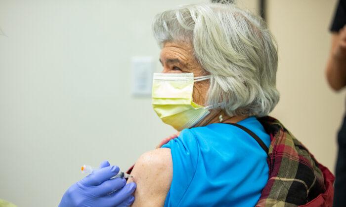 Constance Klein recibe la vacuna de Moderna en la clínica Lestonnac Free, en Orange, California (EE.UU.), el 9 de marzo de 2021. (John Fredricks/The Epoch Times)