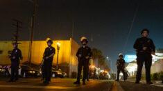 """Atacan a policía de LA con """"piedras"""" y """"botellas"""" al tratar de desalojar campamento de sin techo"""