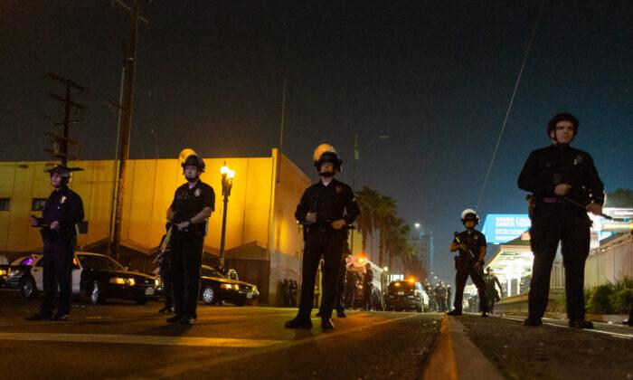 Se aprecia a oficiales de policía en Los Ángeles, California, en una foto de archivo. (John Fredricks/The Epoch Times)