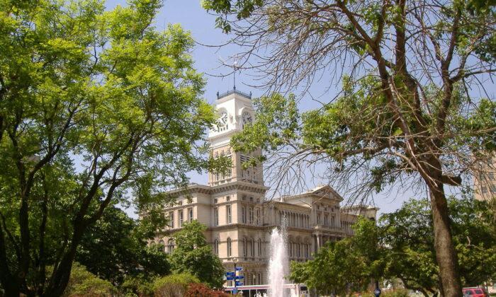 Ayuntamiento de Louisville en Louisville, Kentucky, el 9 de mayo de 2007. En una importante decisión judicial de abril de 2020, se declaró inconstitucional la prohibición del alcalde de celebrar servicios religiosos debido a la pandemia. (Bedford-Wikipedia en inglés /Dominio público)