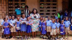 Maestra africana compra material escolar y artículos personales para sus alumnos con su propio dinero
