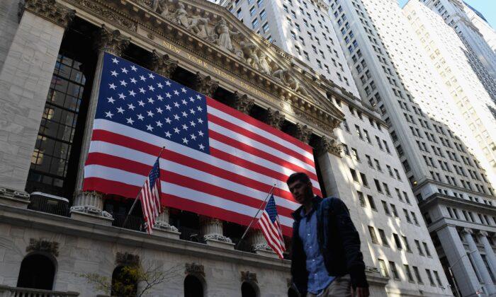 Una persona pasa frente a la Bolsa de Valores de Nueva York en Wall Street, en la ciudad de Nueva York, el 16 de noviembre de 2020. (ANGELA WEISS/AFP a través de Getty Images)