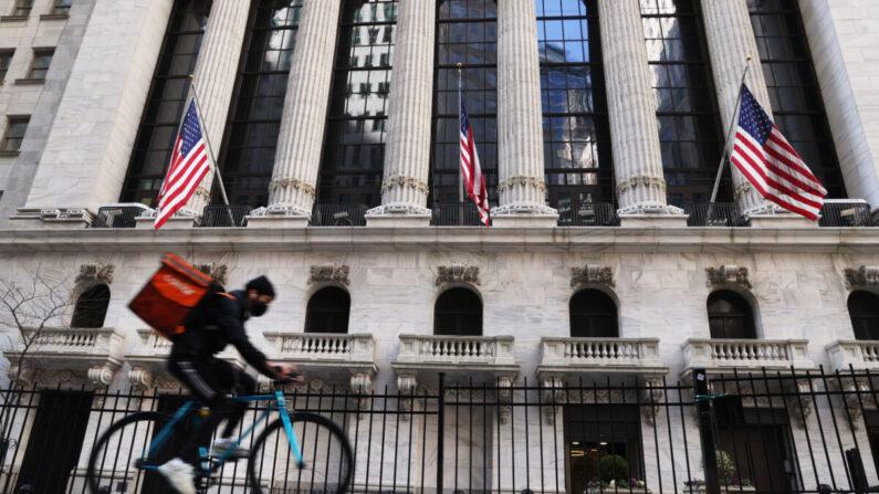 La Bolsa de Valores de Nueva York (NYSE) se ve en el bajo Manhattan el 09 de marzo de 2021 en la ciudad de Nueva York. (Spencer Platt/Getty Images)