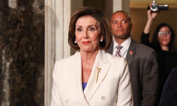 La presidente de la Cámara de Representantes, Nancy Pelosi (D-Calif.), camina hacía el Estado de la Unión del presidente Donald Trump, en el Capitolio, en Washington, el 4 de febrero de 2020. (Charlotte Cuthbertson/The Epoch Times)