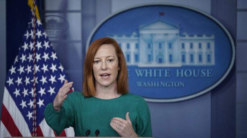 La secretaria de prensa de la Casa Blanca, Jen Psaki, habla durante la rueda de prensa diaria en la Casa Blanca el 15 de marzo de 2021 en Washington. (Drew Angerer/Getty Images)