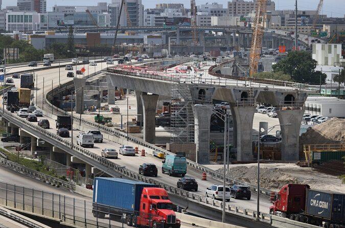 """Trabajadores de la construcción construyen el """"Signature Bridge"""", que sustituye y mejora una concurrida intersección de carreteras en la I-95 y la I-395 en Miami el 17 de marzo de 2021. (Joe Raedle/Getty Images)"""