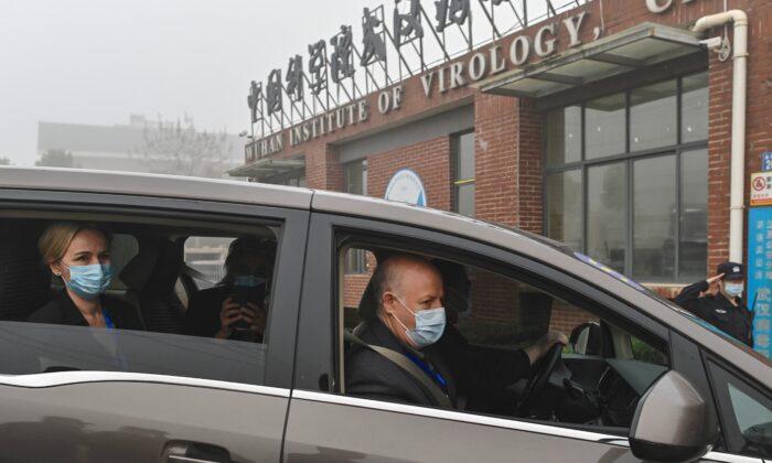 Peter Daszak (der.) y otros miembros del equipo de la Organización Mundial de la Salud (OMS) que investigan los orígenes del coronavirus COVID-19, llegan al Instituto de Virología de Wuhan, el 3 de febrero de 2021. (Héctor Retamal/AFP a través de Getty Images)