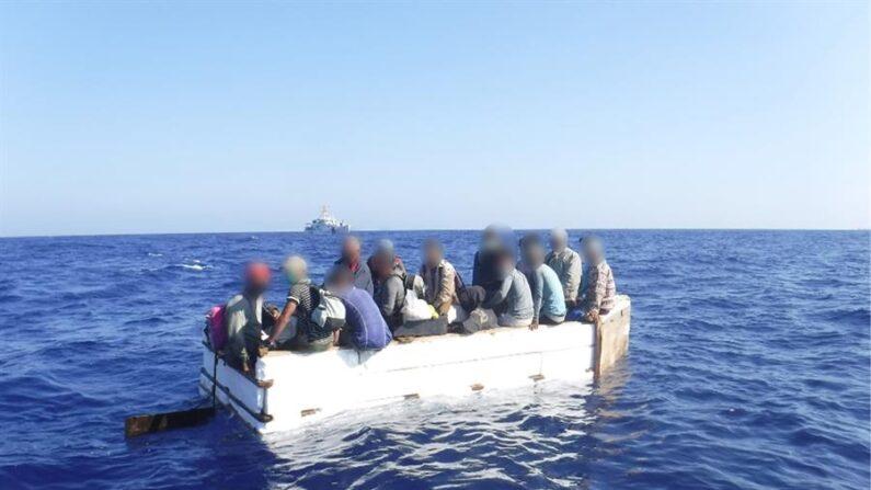Fotografía de archivo cedida por la Guardia Costera estadounidense donde se muestra a 17 migrantes cubanos a bordo de una embarcación rústica, el 18 de marzo de 2021, aproximadamente a 54 millas al sur de Key West (Cayo Hueso), Florida (EE.UU.). EFE/Guardia Costera/Archivo