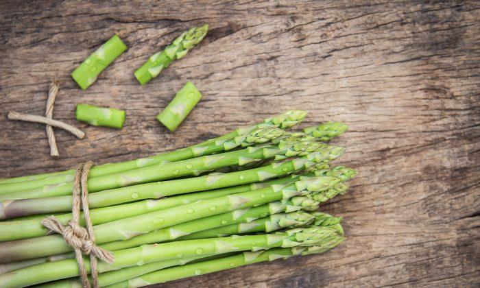 Para aquellos en climas templados, los espárragos son una de las primeras verduras que emergen en la primavera. (Aphiwat chuangchoem/Pexels)