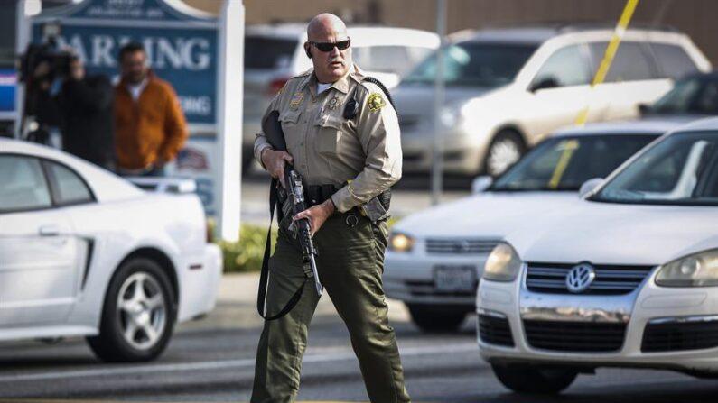 La Policía de Yountville (California) pidió este martes 23 de marzo a los residentes que no se acercasen a las inmediaciones de un centro para veteranos ante la posible presencia de una mujer armada, justo un día después de que un tiroteo en Colorado dejase 10 víctimas mortales. EFE/BRET HARTMAN/Archivo