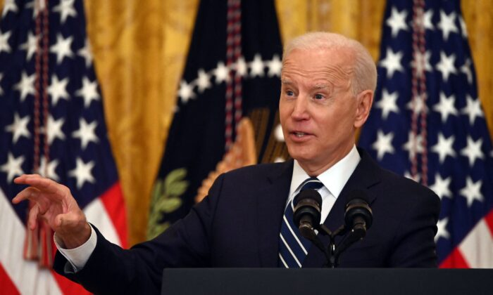 El presidente Joe Biden responde a una pregunta durante su primera conferencia de prensa en la Sala Este de la Casa Blanca en Washington, el 25 de marzo de 2021. (Jim Watson/AFP a través de Getty Images)