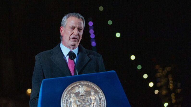 El alcalde de Nueva York, Bill de Blasio, habla mientras la ciudad conmemora un Día de Memoria del COVID-19 en Brooklyn, Nueva York, el 14 de marzo de 2021. (Kevin Hagen/POOL/AFP vía Getty Images)