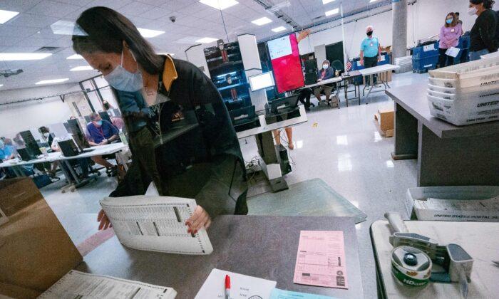 Una trabajadora electoral clasifica las boletas dentro del Departamento Electoral del Condado de Maricopa, en Phoenix, Arizona, el 5 de noviembre de 2020. (Olivier Touron/AFP vía Getty Images)
