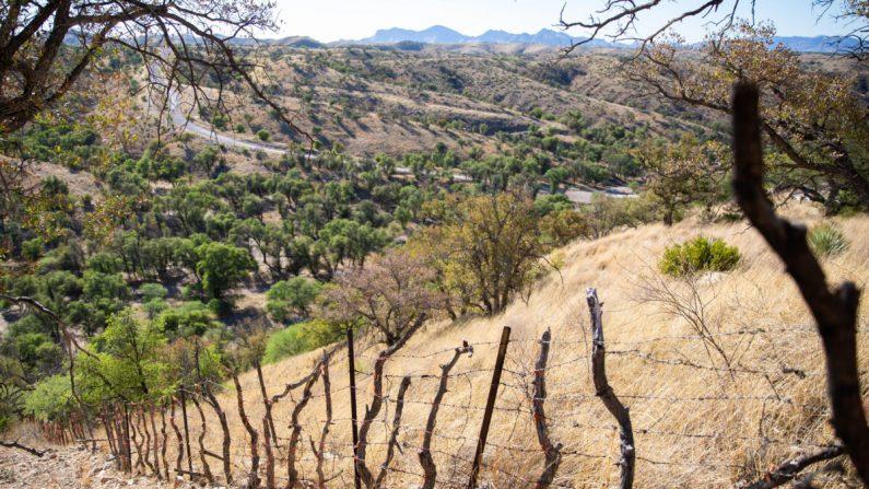 La frontera entre México y Estados Unidos donde la valla se convierte en una pequeña alambrada, al oeste de Nogales, Arizona, el 23 de mayo de 2018. (Samira Bouaou/The Epoch Times)