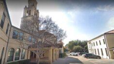 Mamá embarazada es escoltada por policía de una iglesia de Dallas por no usar mascarilla
