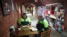Recolectores de basura recuperan libros desechados de la basura y crean biblioteca para el público