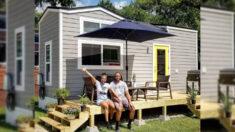 """Pareja construye casa diminuta para pagar deuda de USD 125,000 y adopta un """"estilo de vida pequeño"""""""