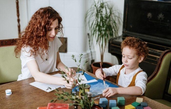 Para empezar, dedique tiempo a actividades atractivas, ya sea leer en voz alta, hacer manualidades, jugar al aire libre... lo que sea que sus hijos disfruten haciendo cuando no están en la escuela.  (Cottonbro/Pexels)