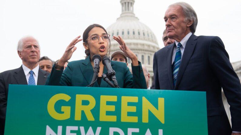 La representante Alexandria Ocasio-Cortez (D-N.Y.) y el senador Ed Markey (D-Mass.) anuncian la resolución Nuevo Acuerdo Verde en una conferencia de prensa fuera del Capitolio en Washington el 7 de febrero de 2019. (Saul Loeb/AFP/Getty Images)