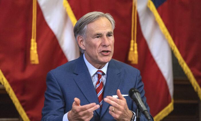 El gobernador de Texas, Greg Abbott, habla en una conferencia de prensa en el Capitolio del Estado de Texas, en Austin, Texas, el 18 de mayo de 2020. (Lynda M. Gonzalez/The Dallas Morning News Pool)