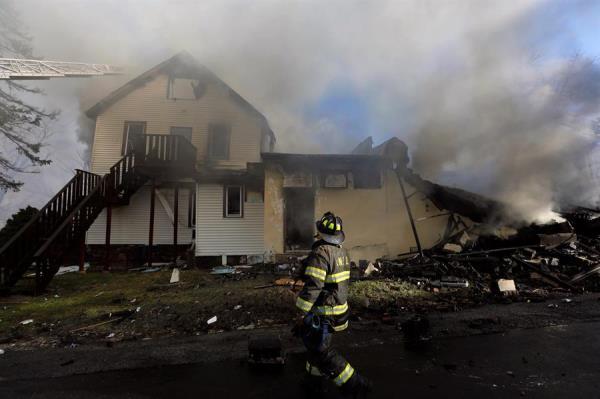 Un bombero inspecciona los restos incendiados de la residencia de ancianos Evergreen Court For Adults, en Spring Valley, Nueva York, Estados Unidos, el 23 de marzo de 2021. Un bombero sigue desaparecido y al menos un residente murió en el incendio que se produjo poco antes de la 1 de la madrugada. (Incendio, Estados Unidos, Nueva York) EFE/EPA/PETER FOLEY