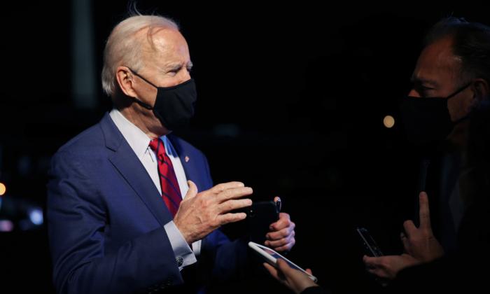 El presidente de EE.UU., Joe Biden, habla brevemente con los periodistas tras llegar a la Casa Blanca en Washington, el 23 de marzo de 2021. (Chip Somodevilla/Getty Images)