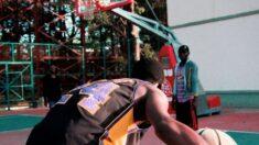Robada de balón viral: estudiante recibe una lección de baloncesto del rector de su universidad