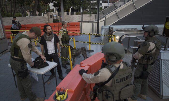 Los agentes del alguacil del condado de Los Ángeles registran una maleta en una estación del metro, en Los Ángeles, California, el 6 de diciembre de 2016. (David McNew/Getty Images)