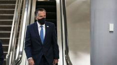 Atienden al senador Mitt Romney en un hospital tras sufrir una caída