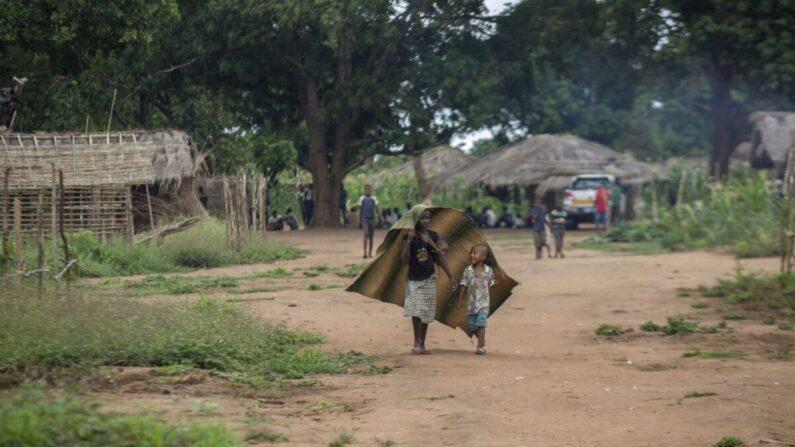 Niños caminan en la comunidad de Marupa, un centro de reubicación para familias desplazadas en el distrito de Chiure, el 23 de febrero de 2021. (Alfredo Zuniga/AFP vía Getty Images)