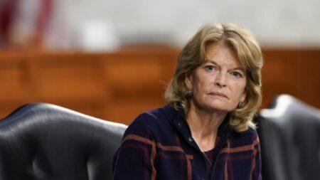 El GOP de Alaska respalda a Kelly Tshibaka contrincante de la senadora Lisa Murkowski