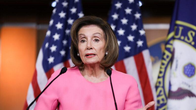 La presidenta de la Cámara de Representantes, la representante Nancy Pelosi (D-Calif.) ofrece una conferencia de prensa en el Capitolio en Washington el 26 de marzo de 2020. (Charlotte Cuthbertson/The Epoch Times)