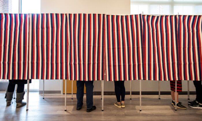 Los votantes rellenan sus papeletas en los colegios electorales de Concord, N.H., el 3 de noviembre de 2020. (Joseph Prezioso/AFP vía Getty Images)