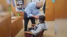 Director de escuela arregla el corte de pelo de alumno que se negaba a quitarse el sombrero en clase