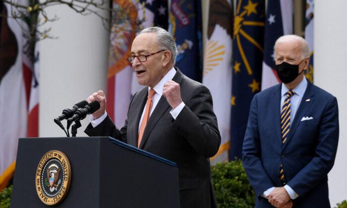 El líder de la mayoría del Senado, Chuck Schumer (D-N.Y.), habla frente a la Casa Blanca, en Washington, mientras el presidente Joe Biden observa, el 12 de marzo de 2021. (Olivier Douliery/AFP a través de Getty Images)