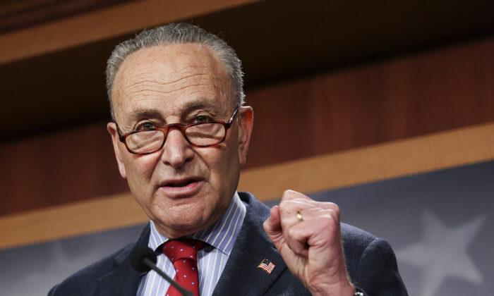 El líder de la mayoría del Senado, Chuck Schumer (D-N.Y.), habla con los periodistas en el Capitolio en Washington el 25 de marzo de 2021. (Jonathan Ernst/Pool/Getty Images)