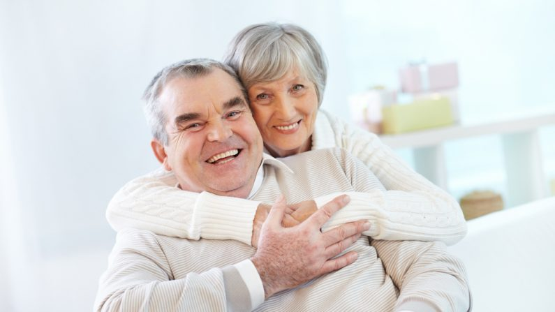Los cuidadores familiares dedican un promedio de 24.4 horas a la semana a brindar atención, según un informe de 2015 de la Alianza Nacional para el Cuidado y AARP. (pressfoto/Freepik)