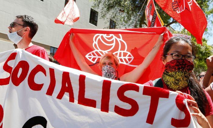 Los Socialistas Democráticos de América marchan en el centro de Berkeley, California, el 5 de agosto de 2018. (Amy Osborne/AFP/Getty Images)
