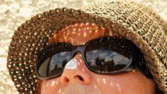 Producto químico de los protectores solares podría influir en la aparición del cáncer de mama