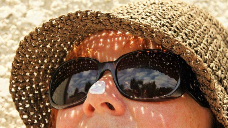 Un ingrediente común en los protectores solares podría causar cáncer de mama. Imagen ilustrativa. (hezbeate en Pixabay)